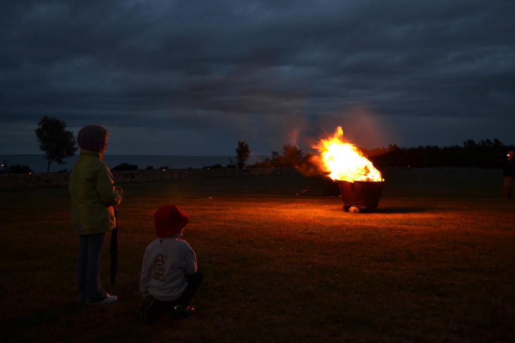 Muinastulede öö läidab randu ühendavad lõkked