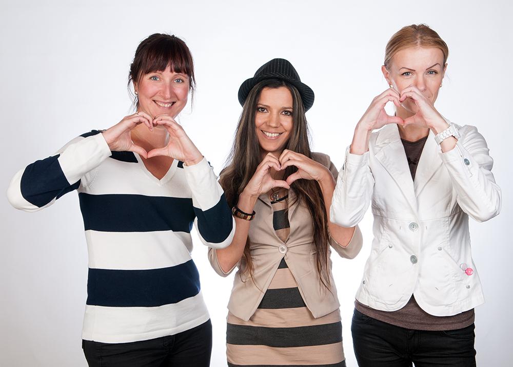 Do Good MTÜ loojad Laura Johanna Derkun ja Kärt Kübarsepp koos saatejuhi Monika Kuzminaga Foto: Kuma Foto