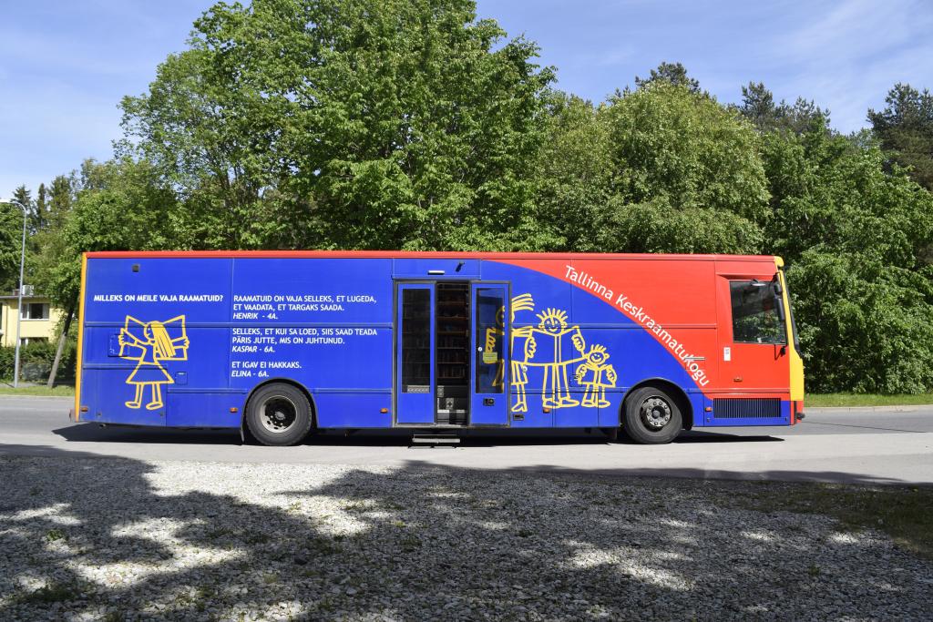 VAHVA RAAMATUKOGUBUSS! Raamatukogubuss Katarina Jee kingib reisiraamatukogudele lasteraamatuid