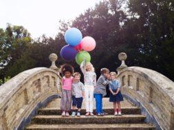 Rõõmsad lapsed sillal